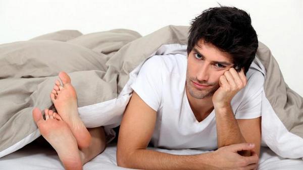 Мужчина в постели с женщиной