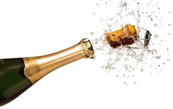 Пробка от шампанского вылетает