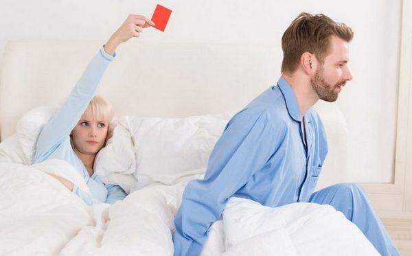 Женщина показывает мужчине красную карточку