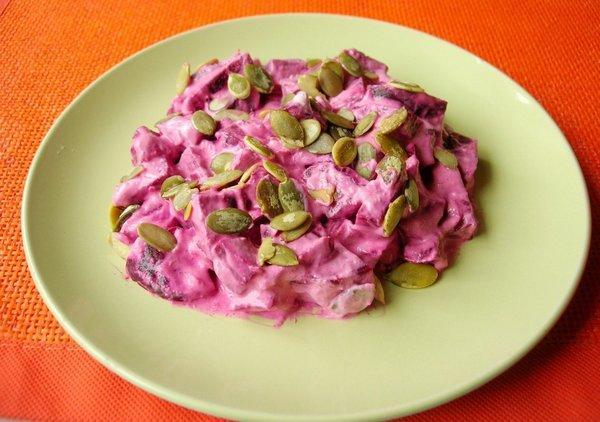 Свекольный салат с добавлением тыквенных семечек