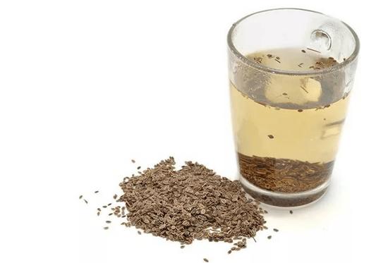 Семена петрушки в стакане воды