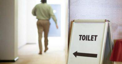 Мужчина идет в туалет