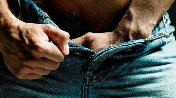 У мужчины рука в штанах