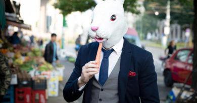 Мужчина в маске кролика