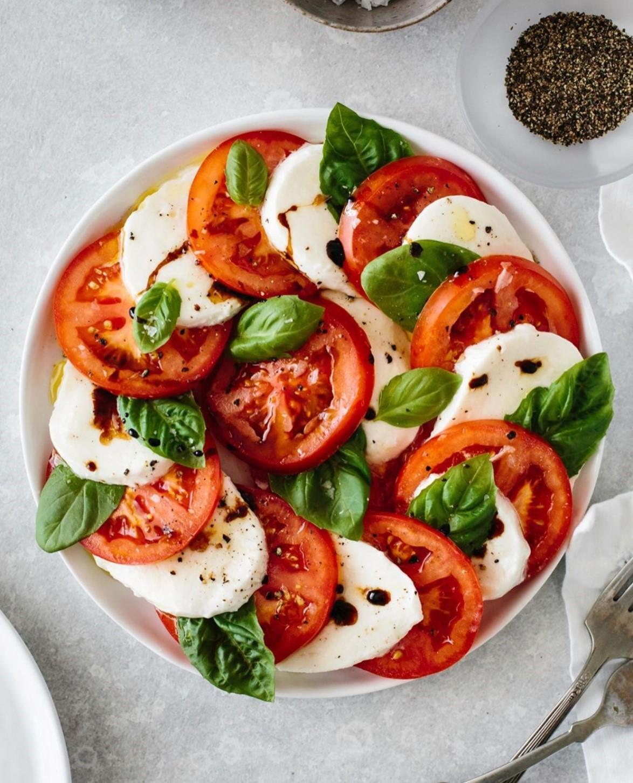 Салат капрезе с моцареллой и томатами