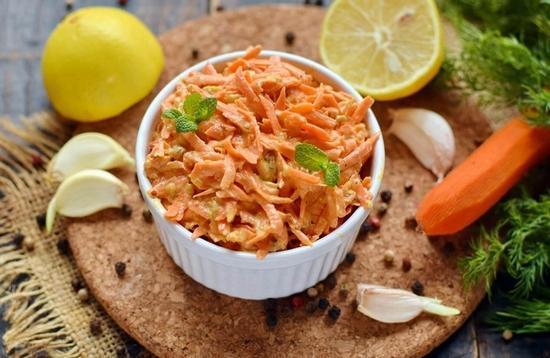 Морковный салат с чесноком
